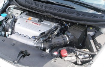 Slightly modified Honda Civic Si engine bay